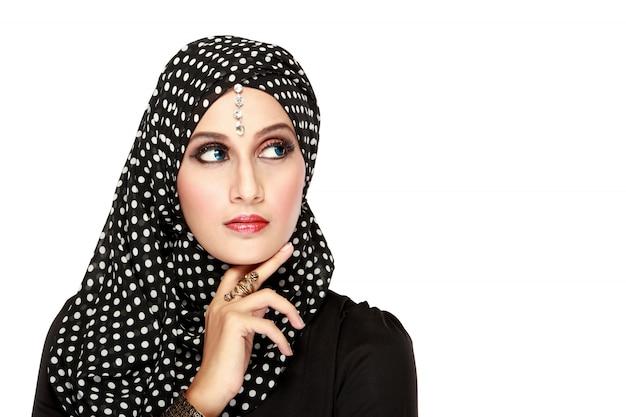 Donna con sciarpa nera alzando lo sguardo per copiare lo spazio