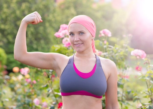 Donna con sciarpa rosa, concetto di lotta contro il cancro