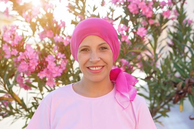 Donna con sciarpa rosa sulla testa