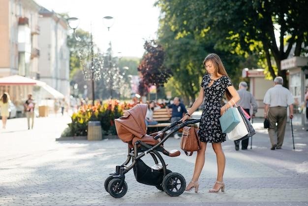 Donna con shopping bag in una città
