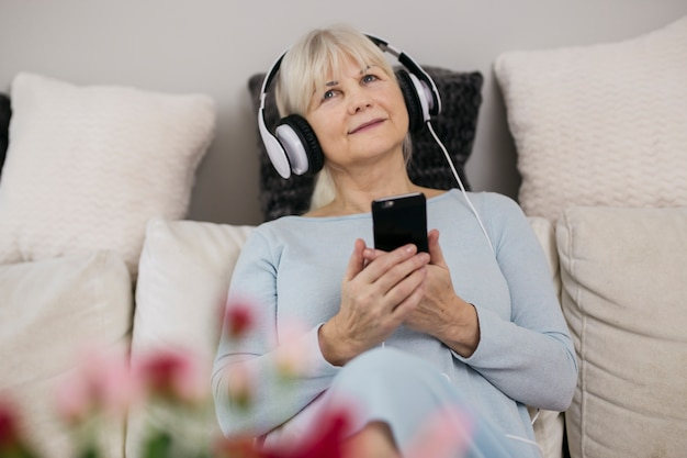 Donna con smartphone ascoltando musica