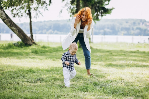 Donna con suo figlio divertendosi nel parco
