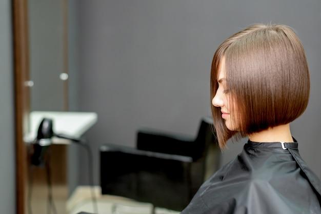 Donna con taglio di capelli corto