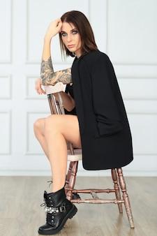 Donna con tatuaggio in posa