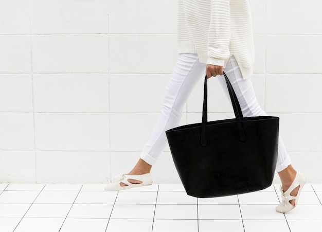 Donna con tote bag nera
