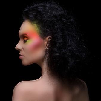 Donna con trucco colorato