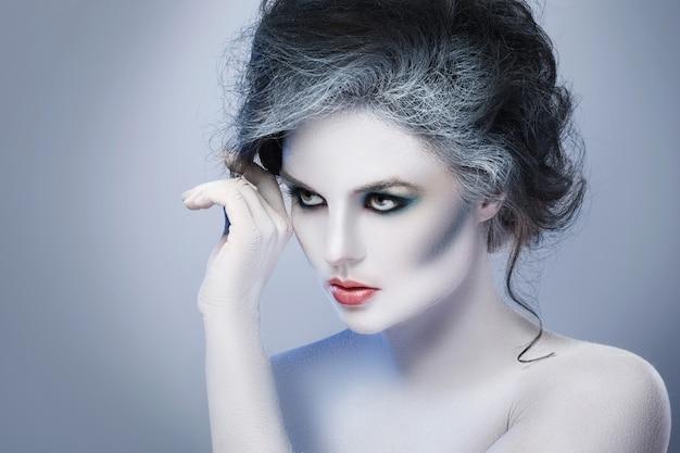 Donna con trucco creativo e body art