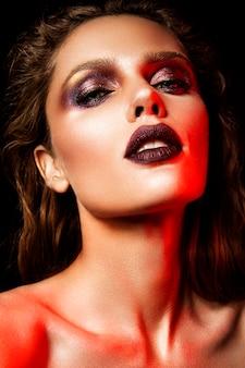 Donna con trucco rosso