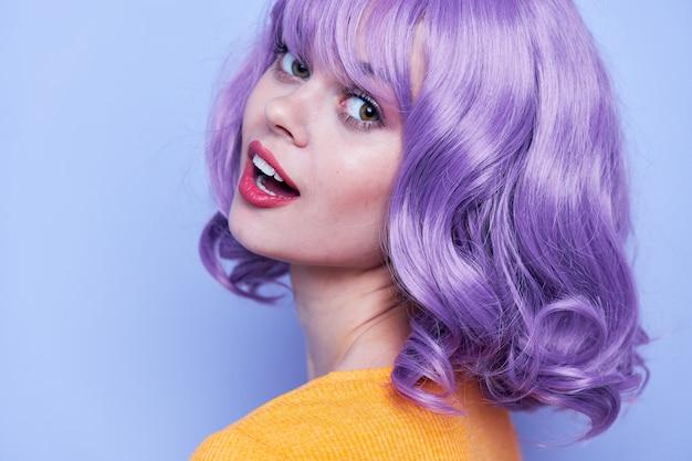 Donna con trucco sguardo attraente capelli viola