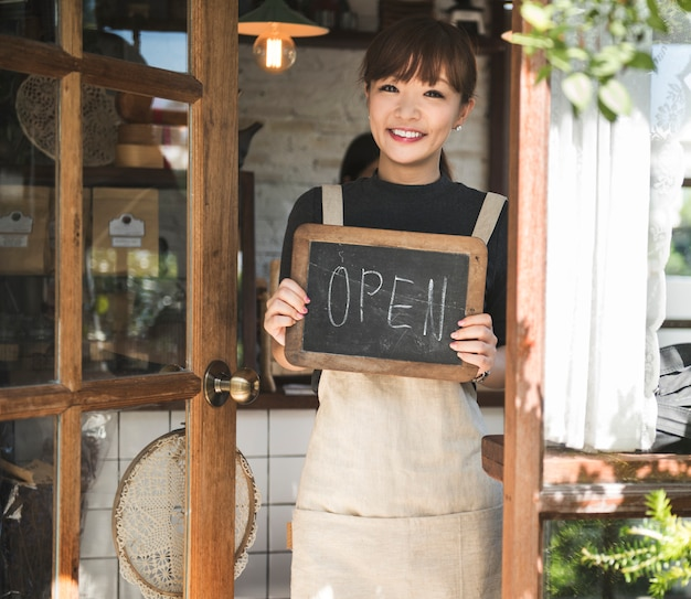 Donna con un cartello aperto