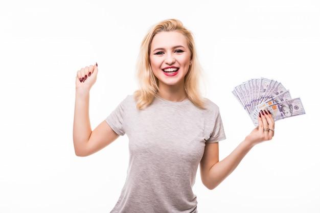 Donna con un fan dei soldi isolato sopra una parete bianca