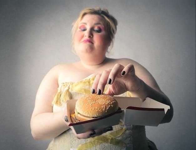 Donna con un grosso hamburger