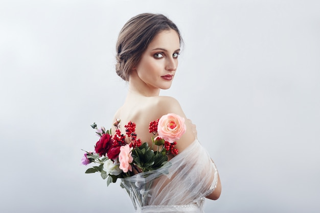 Donna con un mazzo di fiori artificiali dietro