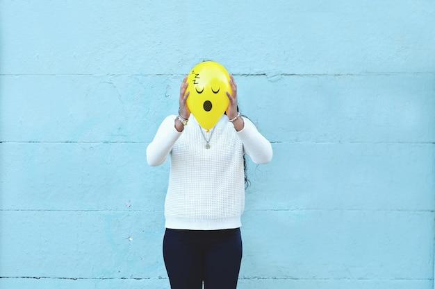 Donna con un palloncino in testa