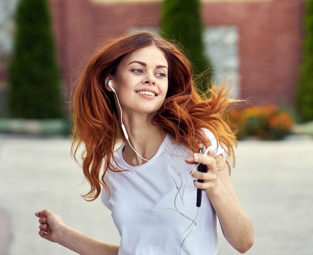 Donna con un telefono e cuffie