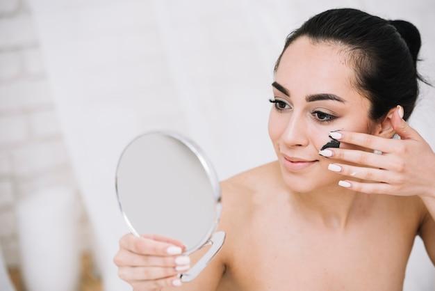 Donna con un trattamento viso