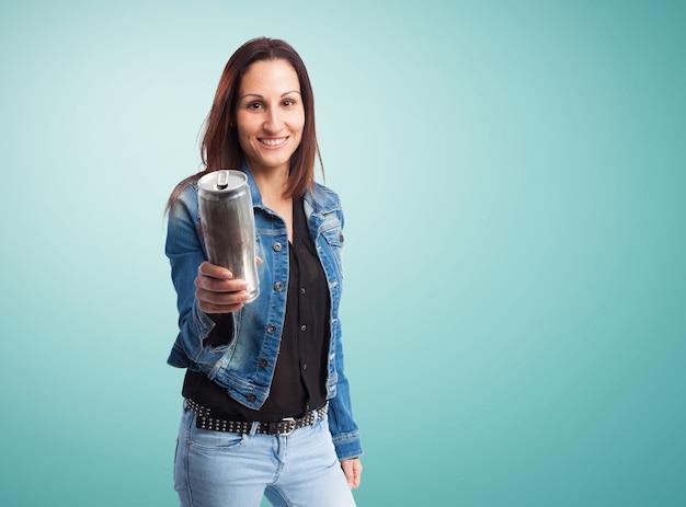 Donna con una bevanda energetica
