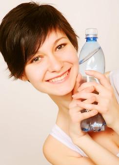 Donna con una bottiglia di acqua pulita