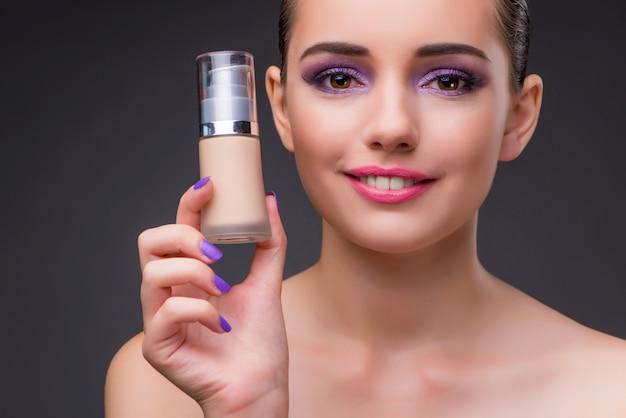 Donna con una bottiglia di crema