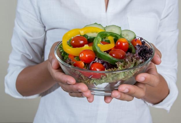 Donna con una gustosa insalata per il pranzo