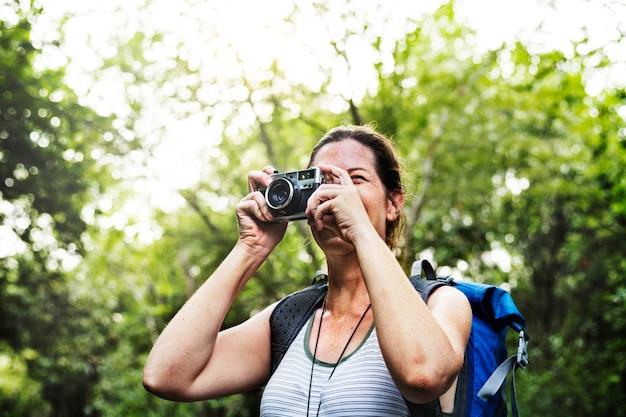 Donna con una macchina fotografica analogica