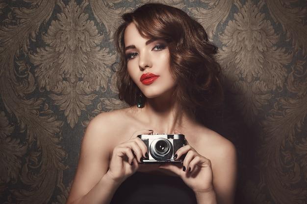 Donna con una macchina fotografica d'epoca