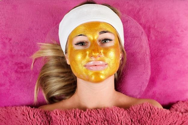 Donna con una maschera d'oro al salone