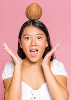 Donna con una noce di cocco in testa