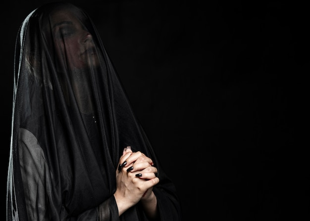 Donna con velo nero e copia spazio