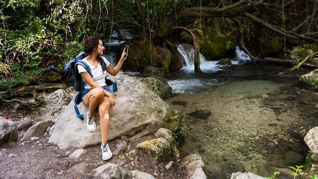 Donna con zaino per godersi la natura