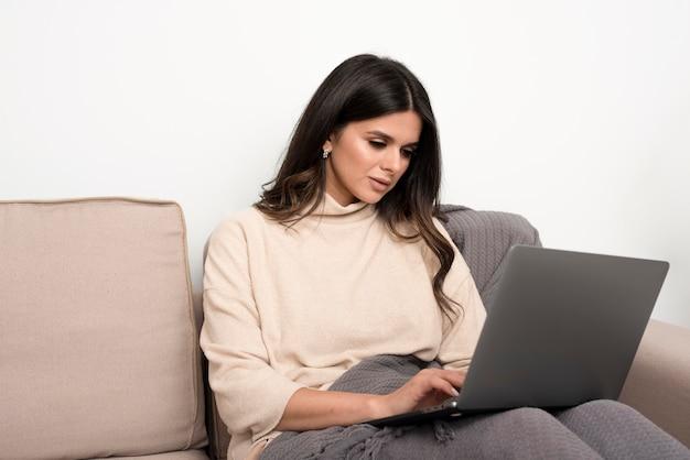 Donna concentrata sul lavoro
