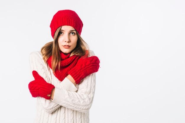 Donna congelata in maglione leggero