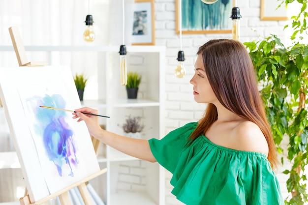 Donna creativa che lavora in studio d'arte