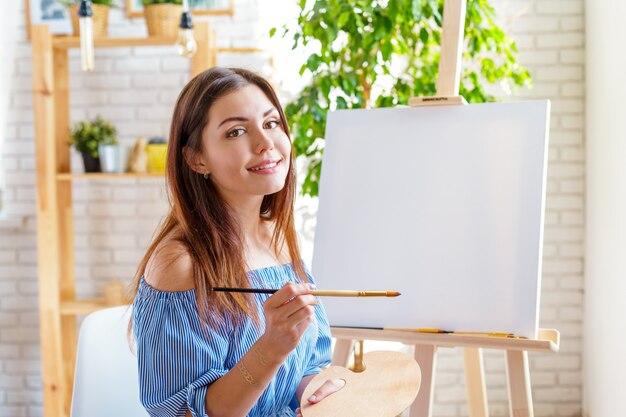 Donna creativa che lavora nello studio di arte