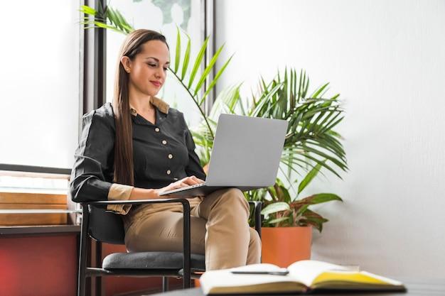 Donna d'affari al lavoro facendo il suo lavoro