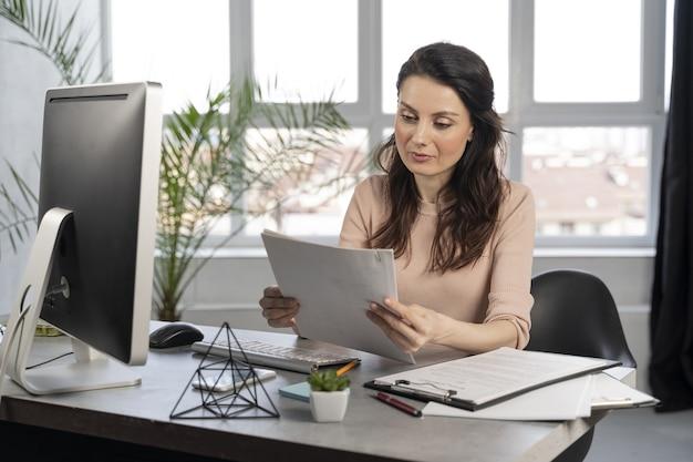 Donna d'affari al lavoro