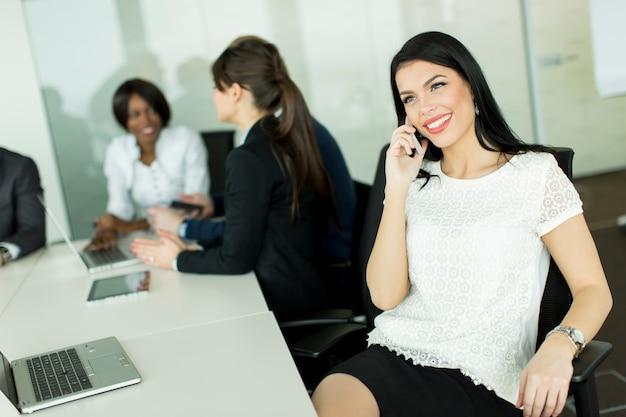 Donna d'affari al telefono