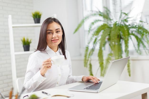Donna d'affari che lavora in ufficio