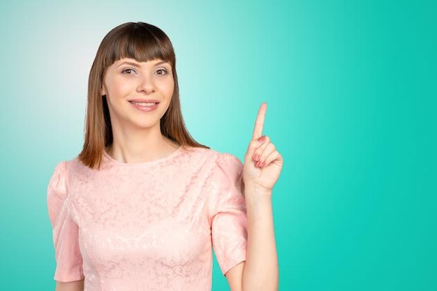 Donna d'affari che punta a copyspace
