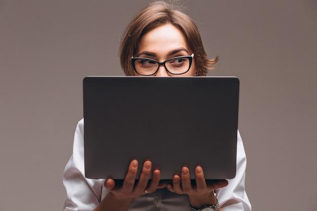 Donna d'affari con computer isolato
