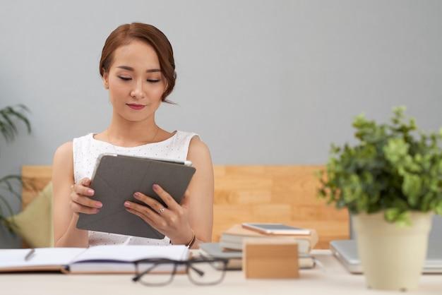 Donna d'affari con computer tablet