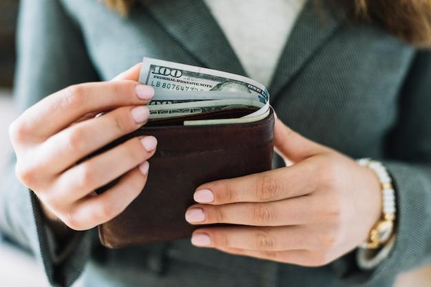 Donna d'affari con i soldi