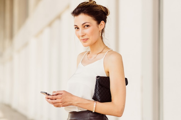 Donna d'affari con il cellulare