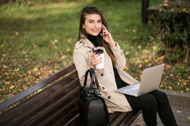 Donna d'affari con il portatile