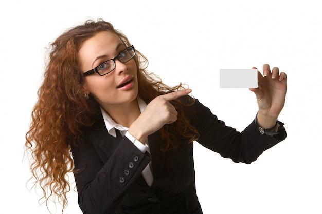 Donna d'affari con un biglietto da visita bianco