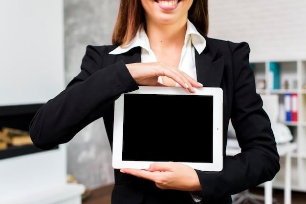 Donna d'affari con un modello di tablet