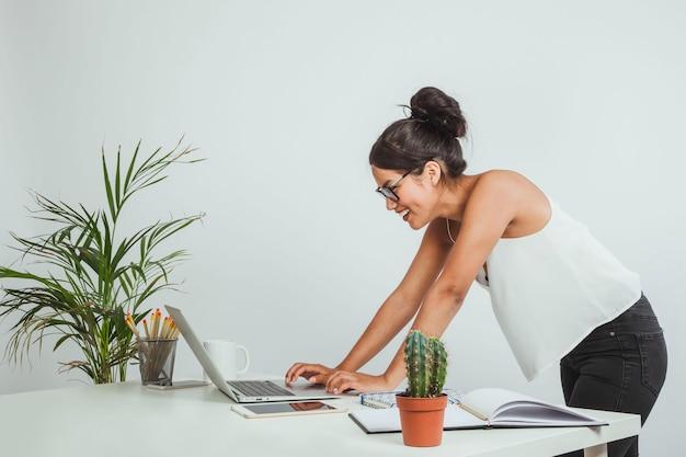 Donna d'affari di haapy che guarda il suo computer portatile