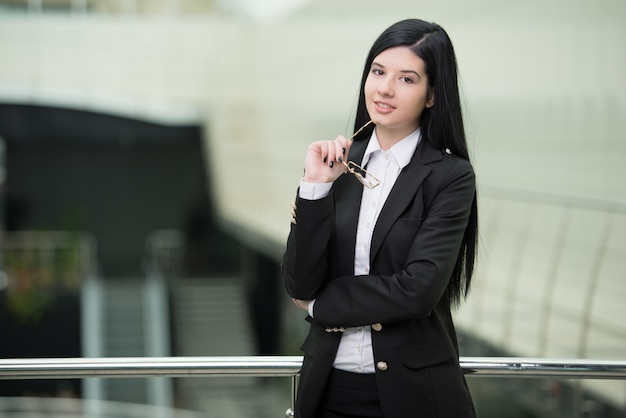 Donna d'affari di successo che sembra sicura e sorridente