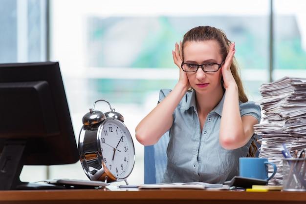 Donna d'affari donna non riuscendo a rispettare le sue scadenze