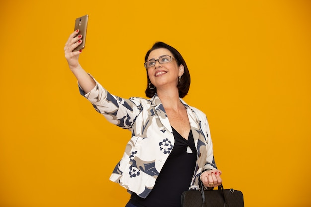 Donna d'affari facendo selfie